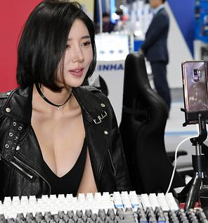 1인 방송  하는  레이싱 모델