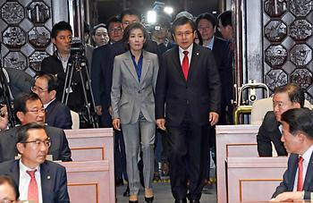 자유한국당 의원총회 참석하는 황교안 대표