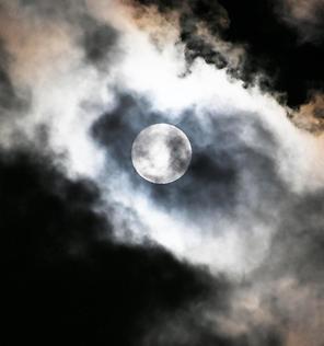 구름 속 보름달