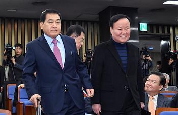 의총장 입장하는 심재철 김재원