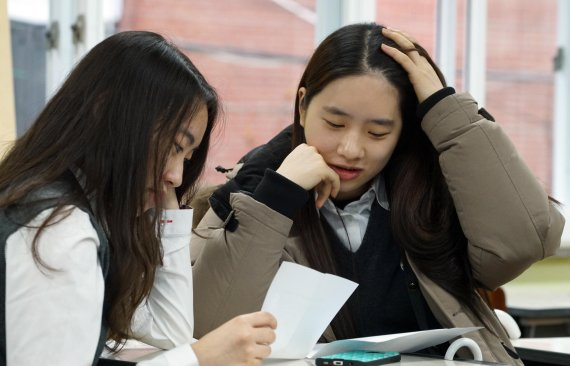 93843cc707d 2016학년도 대학수학능력시험 성적표 배부일인 2일 오전 서울 서초고등학교에서 3학년 학생들이 성적표를 확인하고 있다./사진=서동일 기자