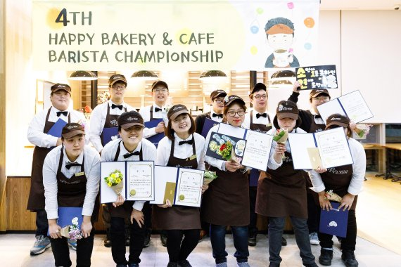 SPC그룹이 푸르메재단과 함께 11월 23일 개최한 '제4회 행복한 베이커리&카페 장애인 바리스타 대회' 참가자들이 기념촬영을 하고 있다.