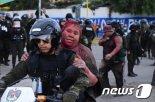 볼리비아 시위대, 여성 시장 납치해 페인트 뿌리고 삭발까지