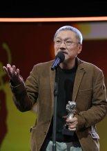 홍상수 감독 '도망친 여자'로 베를린영화제 은곰상 수상
