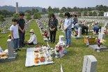 국립서울현충원 묘역 찾은 참배객들