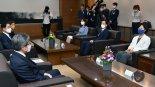 김명수 대법원장과 대화하는 추미애 법무부 장관