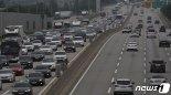 집중호우에도 고속도로는 '거북이 걸음'..하행선 오전 11시~정오 정체 절정