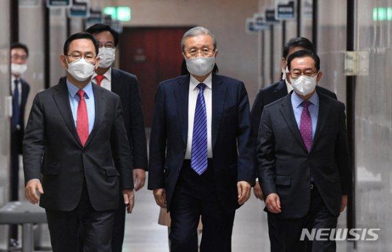 """김종인 """"MB만 판결난 상태..朴까지 나오면 대국민 사과"""""""