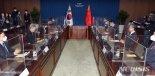 """강경화 만난 왕이 """"韓과 지역·국제문제 '전략소통'할 것"""""""