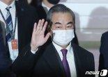 """강경화-왕이, 한반도문제 논의 못했다?...외교부 """"후순위 밀린 것 아냐"""""""