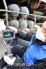 매연저감장치 훼손 단속하는 서울시청 공무원