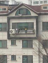 """""""귀찮게 해서"""" 4층 창밖 난간에 내쫒긴 강아지 '조마조마'"""