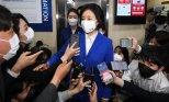 취재진 질문에 답하는 박영선