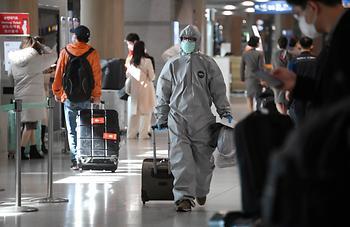 방역복을 입고 입국한 중국유학생