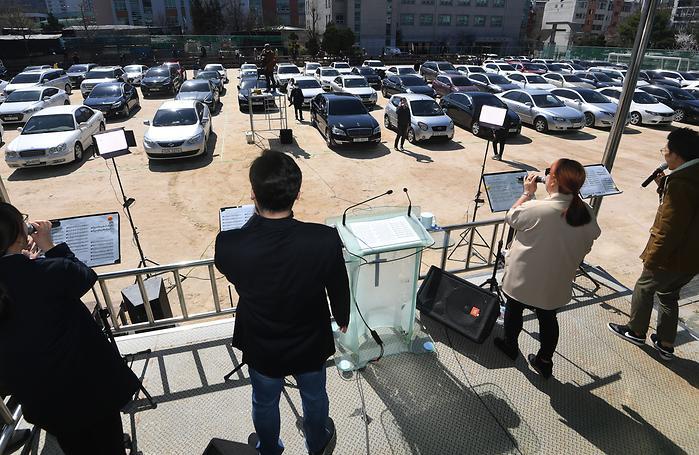 차량 안에서 주일예배 보는 서울씨티교회 신자들