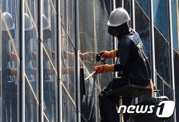 아파트 유리청소하다 40m서 추락..20대 청년 첫 출근날 참변