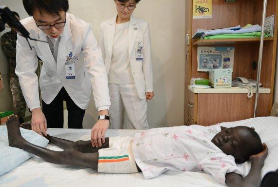 강남세브란스병원, 못 걷는 남수단 소년에게 희망을 전하다
