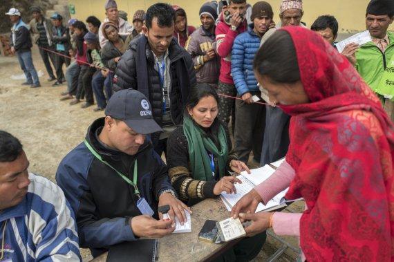 """옥스팜 """"네팔 대지진 이후 1년, 여전히 대다수 임시피난처 생활"""""""