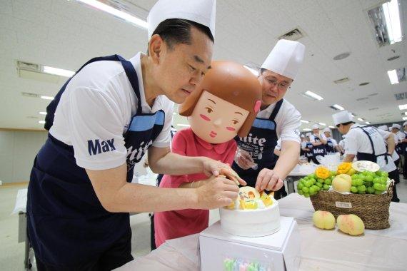 김인규 하이트진로 대표, 직접 만든 92주년 케이크 등 소외계층에 선물