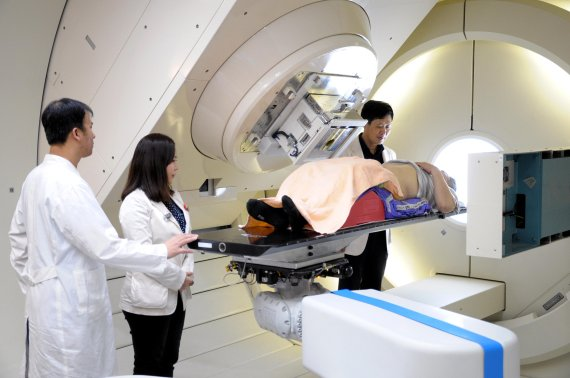 삼성서울병원, 양성자 암치료 1년간 500명... 간암 환자 가장 많아
