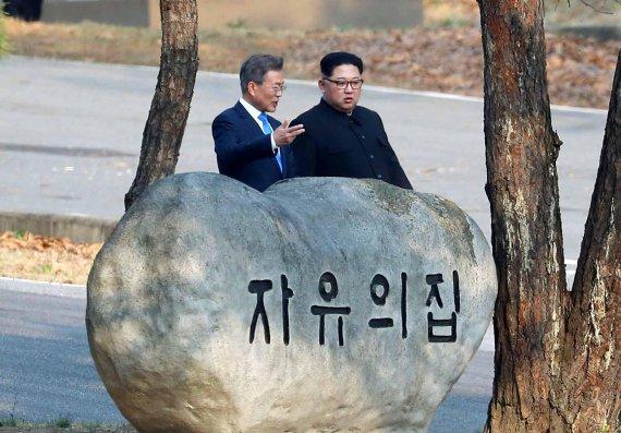 """[남북정상회담]서로 극찬한 남북 정상…文 """"결단에 경의"""" 金 """"노고에 사의"""""""