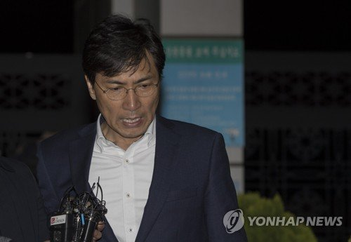 """'비서 성폭행' 안희정 첫 재판서 """"업무상 위력 없었다"""" 혐의 전면 부인"""