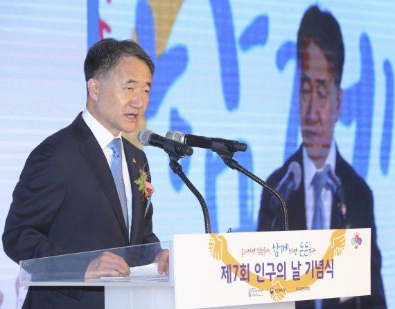 """박능후 복지부 장관 """"저출산 대응위해 아빠의 육아참여 필요"""""""