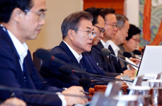 """文대통령 지지율, 역대 최저치 62%..""""이제부터 정책싸움"""""""