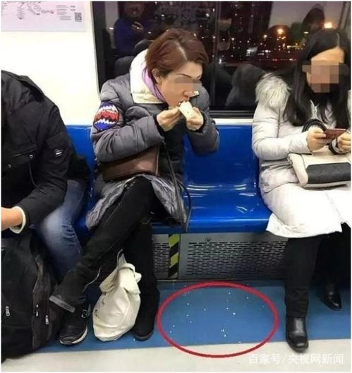 지하철에서 음식 먹고 쓰레기까지 버린 中 여성