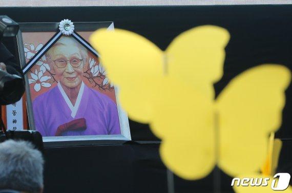 """""""나비처럼 훨훨 날아가세요"""" 김복동 할머니 눈물의 영결식"""