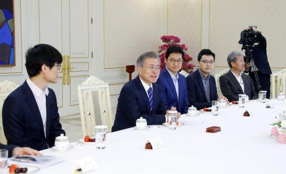 """文대통령 """"창업 생태계 활발해져야""""..2월 '경제행보' 집중"""