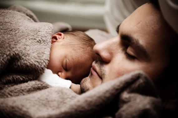 부모 뽀뽀 때문에 뇌성마비 판정 받은 신생아