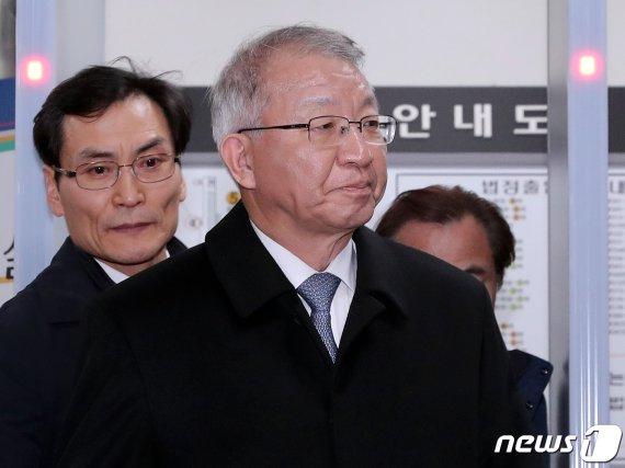 '피고인' 양승태 신설 형사합의35부 배당…24년 후배 재판(종합)