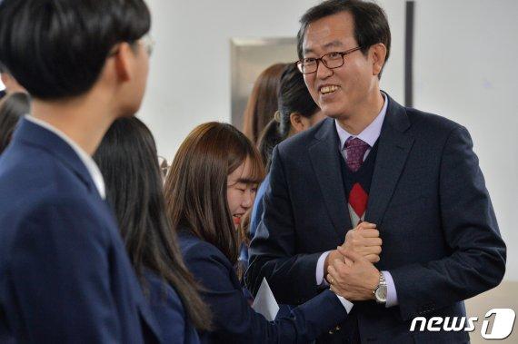 개교 28년 만에 문닫는 중학교.. 눈물 '펑펑' 졸업식 현장