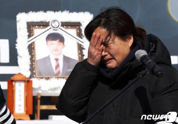 """文대통령, 故김용균씨 어머니 포옹 """"많이 힘드셨죠"""""""