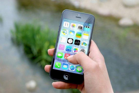 스마트폰을 너무 밝게 보면 위험한 이유