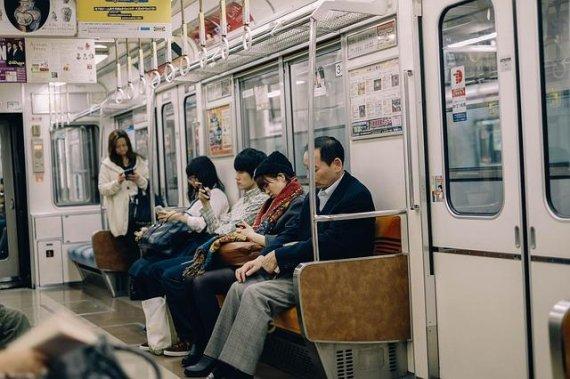 지하철에서 남친과 싸우다 유리창 부순 여성