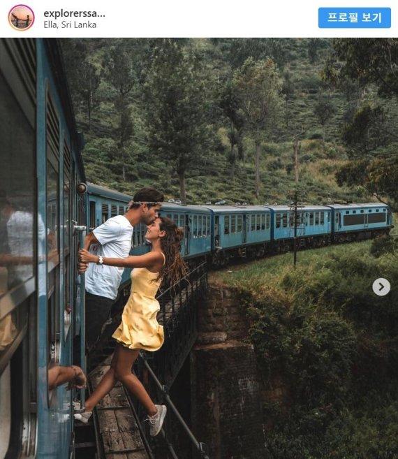 달리는 기차에서 아찔한 인증샷 찍은 커플