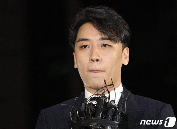 """승리 '성접대 의혹' 피의자 전환…""""성매매 알선 혐의"""""""