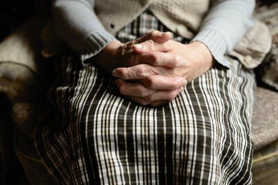 수갑 차고 기뻐한 104세 할머니