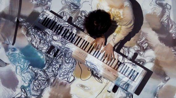 영상 틀고 피아노치는 '관종' 예술가의 목표 [김성호의 플레이어]