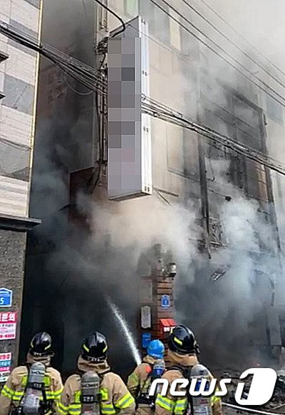 울산 화재현장 건물옥상서 일가족 3명 구해낸 경찰