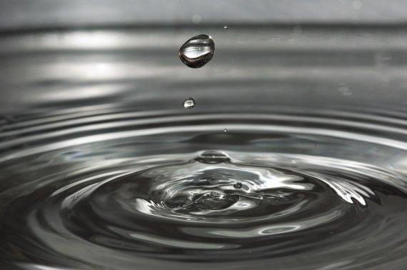 피부에 물이 닿으면 발진.. '물 알러지' 앓는 여성