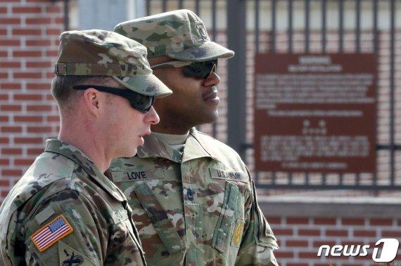 주한미군, 장병 군복차림에 OOO 착용 허용한다