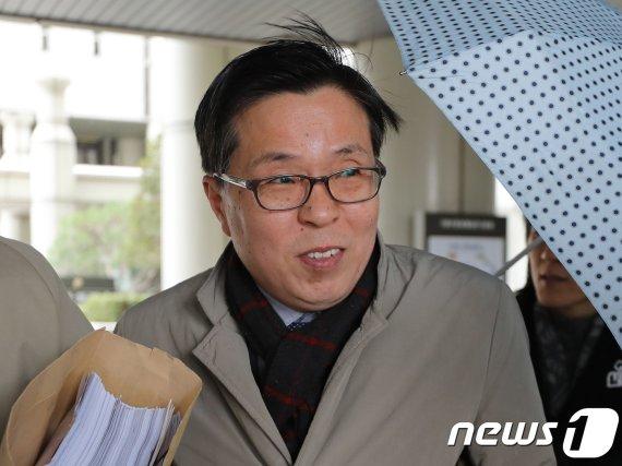 '여직원 성추행' 김문환 전 대사, 위력 행사 없었다고 했지만..