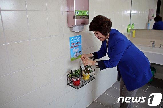 """""""저는 여러분 손의 물을 먹고 자라요. 저에게 물을 주세요"""""""