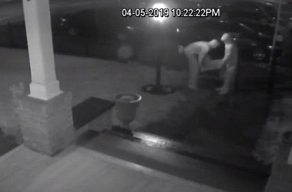 훔쳐간 동상 반납하고 꽃과 편지 남긴 2인조 도둑
