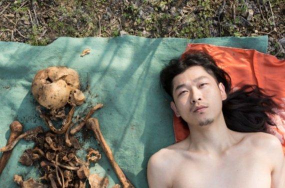 나체로 아버지 유골과 사진 찍은 남성