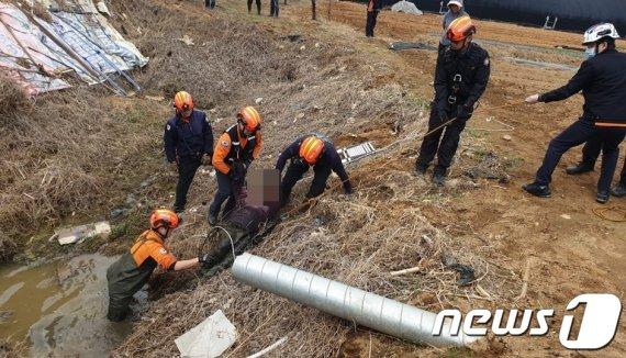 2m 밭수렁에 빠진 남성, 2시간 사투 끝에 구조