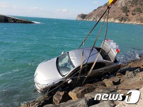 """아내 타고 있는 차를 바다로 밀어서.. """"우발적 사고"""""""